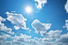 Tiefer blauer Himmel und Sonne lizenzfreies stockbild