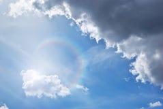 Tiefer blauer Himmel und Sonnenschein lizenzfreie stockfotos