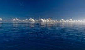 Tiefer blauer Ozean und weiße Wolken lizenzfreies stockfoto