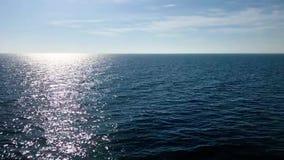 Tiefer blauer Seesonnenaufgang, der auf der Wasseroberfläche beruhigt ruhigen Wasserhorizont schimmert stock video