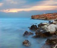 Tiefer blauer Sturm auf dem Meer. Stockbilder