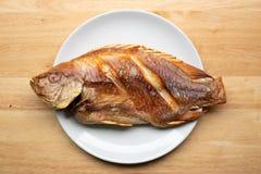 Tiefer Fried Fish in der Platte lizenzfreie stockfotos