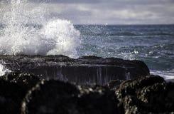 Tiefer Meereswoge, der auf Felsen zusammenstößt lizenzfreie stockfotos
