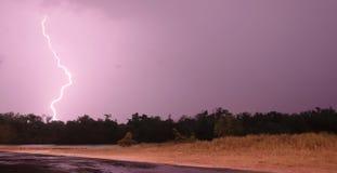 Tiefer Süden-Gewitter-Blitzschlag über Fluss Stockfoto