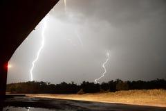 Tiefer Süden-Gewitter-Blitzschlag über Fluss Stockbild
