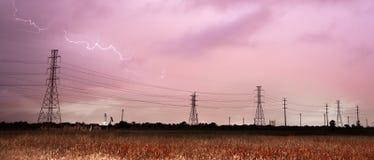 Tiefer Süden-Gewitter-Blitzschlag über Stromleitungen Polen Lizenzfreies Stockfoto