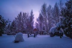 Tiefer Schnee an einem düsteren Tag im Winter stockfotografie