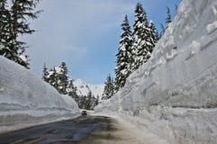 Tiefer Schnee entlang Fahrbahn Stockfotografie