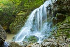 Tiefer Waldwasserfall Stockfoto