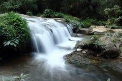 Tiefer Waldwasserfall im Nationalpark, Thailand Stockbilder