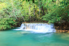 Tiefer Waldwasserfall in Kanchanaburi (Huay Mae Kamin) Stockfotografie