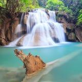 Tiefer Waldwasserfall in Kanchanaburi (Huay Mae Kamin) Stockfotos
