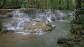 Tiefer Waldwasserfall in Kanchanaburi-Provinz, Thailand stock footage
