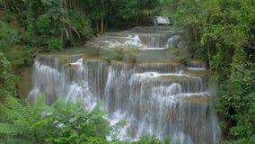 Tiefer Waldwasserfall in Kanchanaburi, Thailand stock video