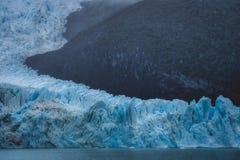 Tiefes blaues Eis des schmelzenden Gletschers auf Ufergegend lizenzfreie stockfotos