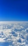 Tiefes blaues Firmament mit starken Wolken Lizenzfreie Stockfotos