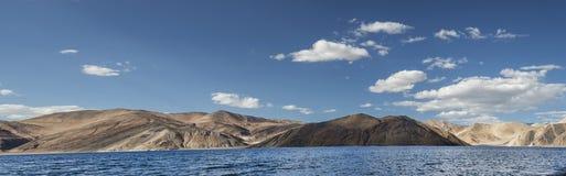 Tiefes blaues Gebirgssee- und -wüstenhügelpanorama Stockfoto