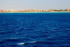 Tiefes blaues Meer mit gelber Küstenlinie Lizenzfreie Stockbilder