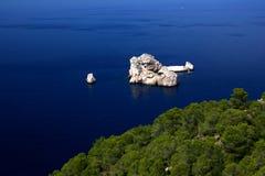 Tiefes blaues Meer und Felsen Stockfotos
