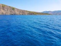 Tiefes blaues Meer und Insel stockfotografie