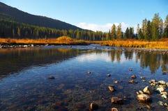 Tiefes blaues Wasser im Fluss. Stockfoto