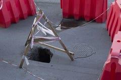 Tiefes Loch in der Straße Lizenzfreie Stockfotografie