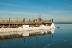 Tiefes Reflexions-Winter-Eis Lizenzfreie Stockfotografie