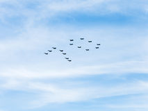 Tiefflugkämpfer und -Kampfflugzeuge im Himmel Lizenzfreies Stockbild