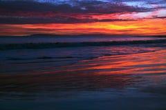 Tiefpurpurner und orange Sonnenuntergang, der in Richtung Anacapa-Insel, Ventura, Kalifornien, USA blickt Stockfotos