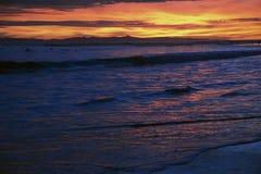 Tiefpurpurner und orange Sonnenuntergang, der in Richtung Anacapa-Insel, Ventura, Kalifornien, USA blickt Lizenzfreie Stockfotografie
