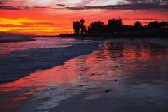 Tiefpurpurner und orange Sonnenuntergang, der in Richtung Anacapa-Insel, Ventura, Kalifornien, USA blickt Lizenzfreie Stockfotos