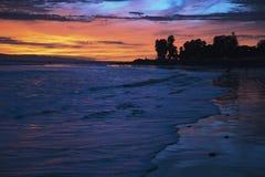 Tiefpurpurner und orange Sonnenuntergang, der in Richtung Anacapa-Insel, Ventura, Kalifornien, USA blickt Lizenzfreies Stockbild