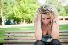 Tiefstand - besorgte junge Frau Stockfotos
