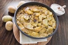 Tiella de patatas, del arroz y de mejillones. Imagenes de archivo