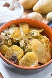Tiella der Kartoffeln, des Reises und der Miesmuscheln. Lizenzfreies Stockfoto