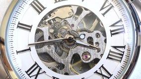 Tiempo análogo del reloj del mecanismo del reloj del viejo vintage que va rápidamente, tiempo del timelapse del detalle del prime metrajes