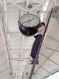 Tiempo birmano del ajuste del hombre en un reloj grande en ( Rangoon) Rangún, ( Burma) Myanma Fotografía de archivo libre de regalías