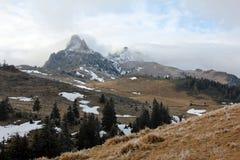 Tiempo brumoso en las montañas Foto de archivo libre de regalías