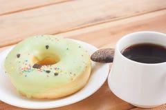 Tiempo caliente de la bebida o de la rotura de la mañana del buñuelo dulce y del café sólo Fotografía de archivo