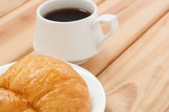Tiempo caliente de la bebida o de la rotura de la mañana del cruasán y del café sólo Foto de archivo