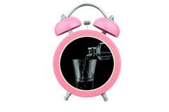 tiempo conceptual del arte para beber: el agua vierte el agua en un vidrio dentro del despertador rosado aislado en el fondo blan Imagenes de archivo