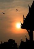 Tiempo crepuscular en templo tailandés Imagen de archivo
