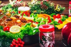 Tiempo de cena de la tabla de la Navidad con las carnes asadas, velas Día de la acción de gracias del fondo Imagenes de archivo