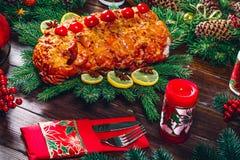 Tiempo de cena de la tabla de la Navidad con las carnes asadas, velas Día de la acción de gracias del fondo Foto de archivo