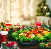 Tiempo de cena de la tabla de la Navidad con las carnes asadas, velas Día de la acción de gracias del fondo Imagen de archivo