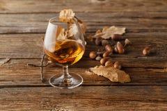 Tiempo de consumición del otoño con el vidrio del alcohol imagen de archivo libre de regalías