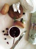 Tiempo de desayuno con la panadería nacional Foto de archivo libre de regalías