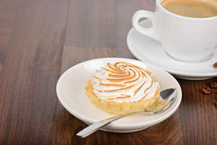 Tiempo de desayuno con la torta y el café Foto de archivo