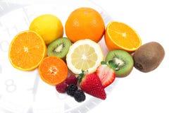 Tiempo de desayuno con las frutas mezcladas Foto de archivo libre de regalías