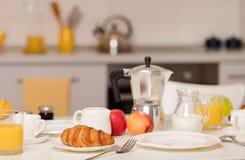 Tiempo de desayuno Cruasanes y zumo de naranja, atasco y miel Café con crema o leche Frutas - manzanas de los plátanos, rojas y v imagen de archivo libre de regalías